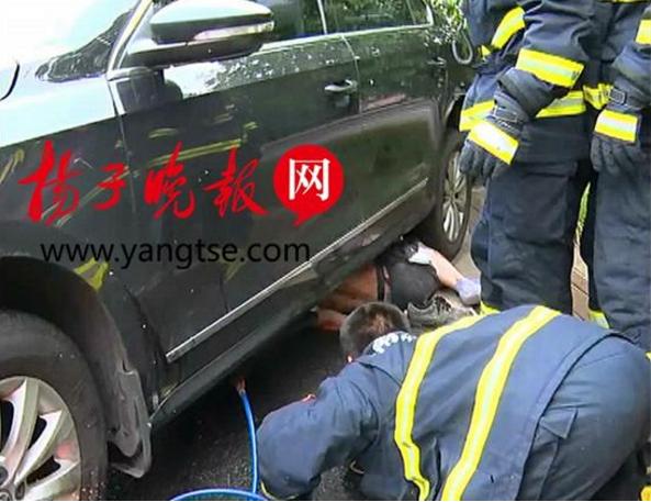 电动车拖型材与轿车相撞 骑车人被卷入轮下身亡